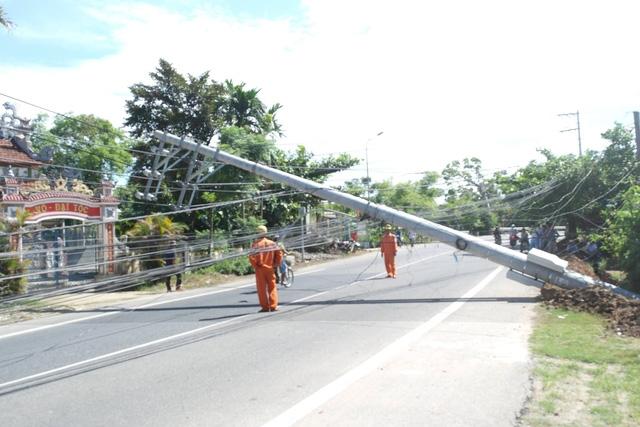 Rất may, tại thời điểm cột điện ngã lăn ra đường không có người qua lại nên không có ai bị thương. Ảnh: Lê Chung