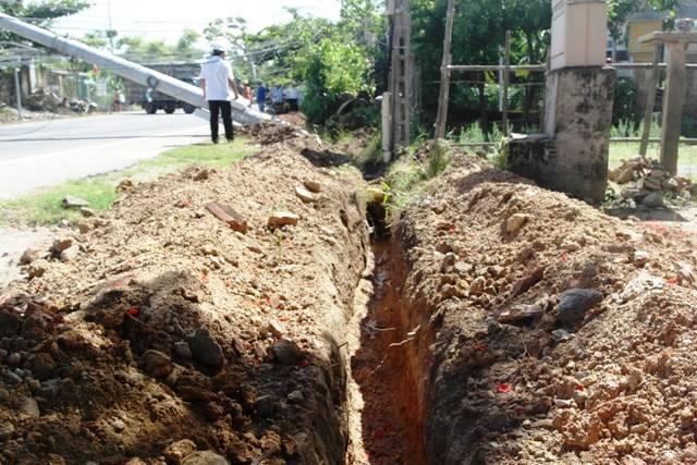 Đoạn mương vi phạm hành lang lưới điện do đơn vị thi công Viettel đào làm cột điện đổ ngã. Ảnh: Lê Chung