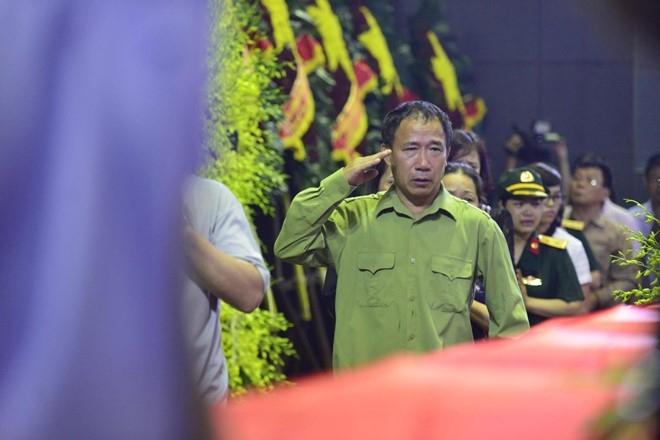 Khan tang nhuom trang nha tang le Bo Quoc phong hinh anh 10