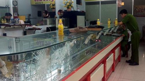 Tiệm vàng nơi thanh niên xông vào cướp bất thành tối qua. Ảnh: Phước Tuấn