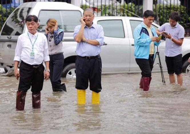 Thị trưởng Bangkok Sukhumbhand Paribatra (giữa) thị sát tình hình ngập lụt ở Bangkok.  /// Ảnh: The Nation