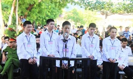 Bị cáo Vinh, Thắng, Sang, Khánh, Hải từ phải qua.