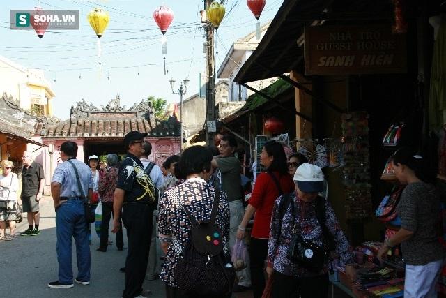 Xử phạt 12 người nước ngoài hướng dẫn du lịch trái phép - Ảnh 1.