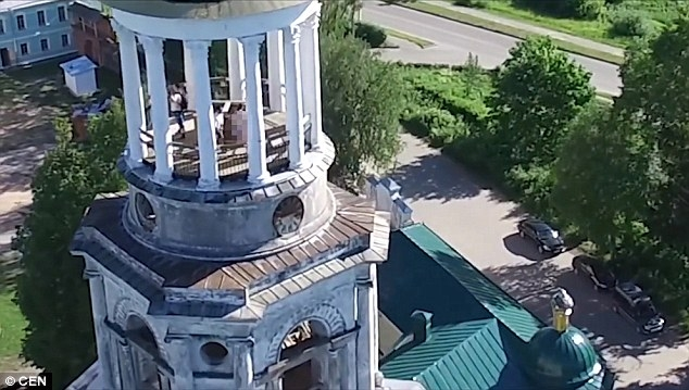 Cặp đôi không thể ngờ toàn bộ màn ân ái trên tháp chuông tu viện lại bị drone quay lại - Ảnh 3.