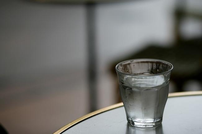 Câu chuyện về cốc nước và cách quẳng gánh lo đi mà sống - Ảnh 2.