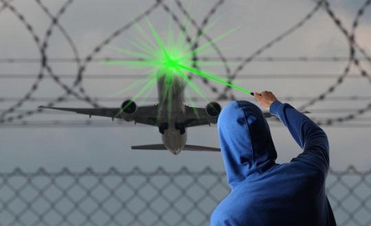 Chiếu tia laze vào máy bay đe dọa nghiêm trọng an toàn hàng không - Ảnh minh hoạ