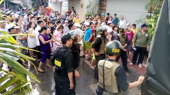 Rất đông người dân tập trung theo dõi vụ việc