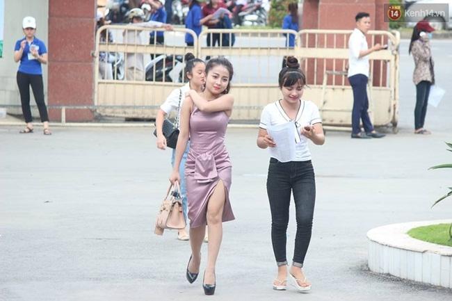 Dân mạng truy tìm cô gái gợi cảm nhất trong buổi làm thủ tục thi THPT tại Nghệ An - Ảnh 1.