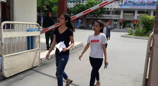 Thí sinh Cụm thi Vinh rời điểm thi sớm vì bài làm xong sớm (Ảnh: Nguyễn Duy)