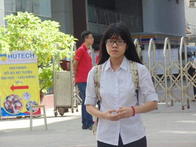Một thí sinh ra đầu tiên tại điểm thi trường ĐH Công Nghệ TPHCM.