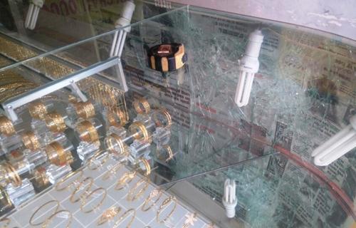 Chiếc tủ kính trưng vàng bị tên cướp đập vỡ.