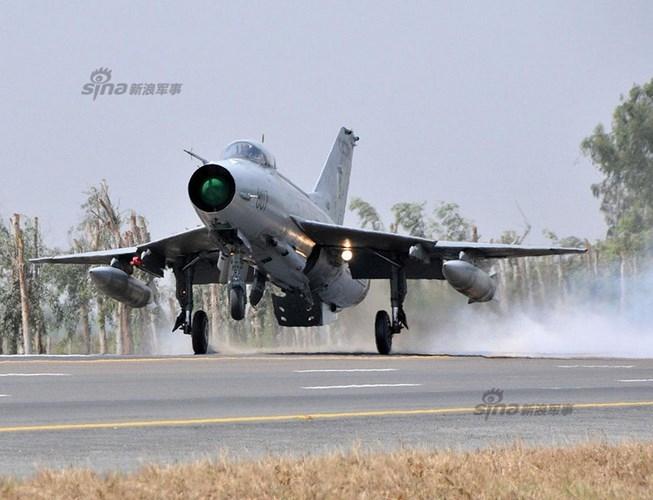 Quan sat tiem kich MiG-21 cai tien cat canh tren cao toc-Hinh-5