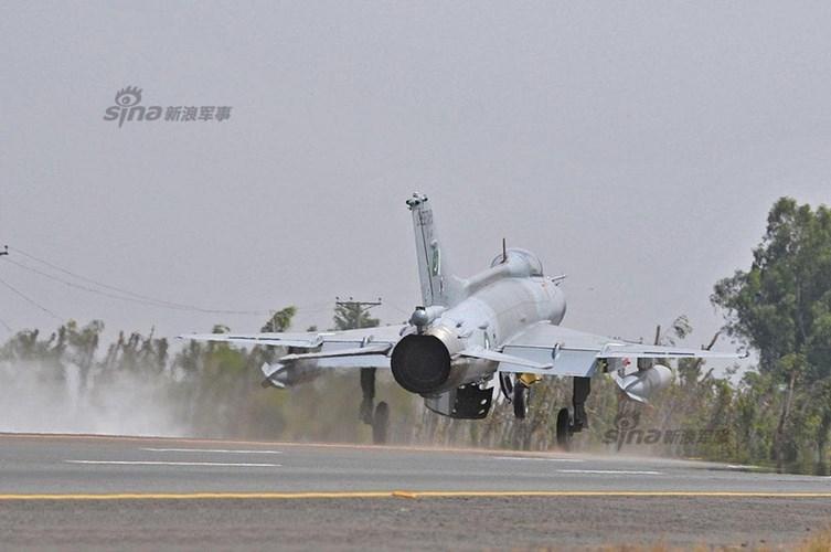 Quan sat tiem kich MiG-21 cai tien cat canh tren cao toc-Hinh-8