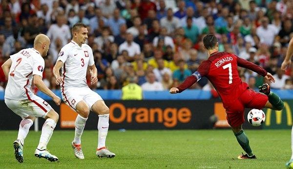 Cristiano Ronaldo, Ronaldo, Ronaldo núp lưng đồng đội, Bồ Đào Nha, Ba Lan, EURO 2016