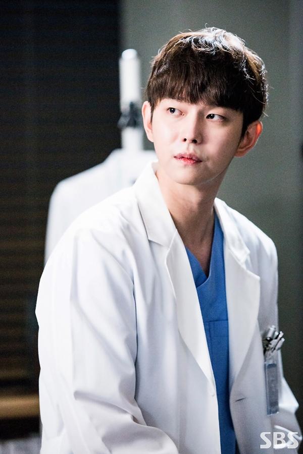 Sau Hậu Duệ Mặt Trời, Doctors chính là thứ cứu rỗi mọt phim Hàn - Ảnh 11.