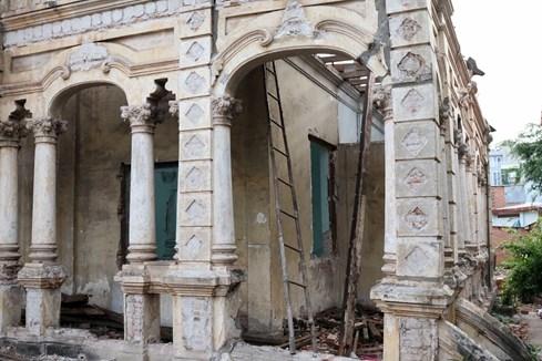 Bao bọc bên ngoài ngôi biệt thự là hàng cột tròn xen lẫn cột vuông