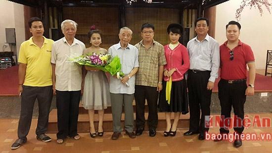 Ngọc Ánh tặng hoa nguyên Phó Thủ tướng Nguyễn Mạnh Cầm và các cán bộ lãnh đạo người Nghệ An