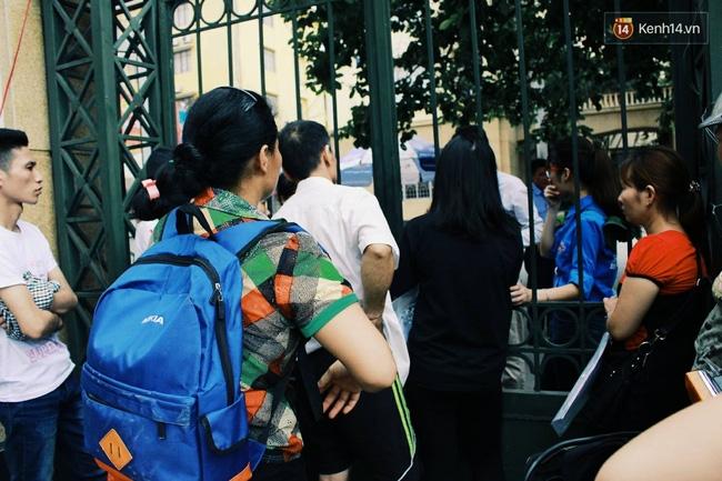 Giấu bố mẹ thi lại Đại học, thí sinh đến muộn 1 tiếng và khóc ngất ngoài cổng trường - Ảnh 3.