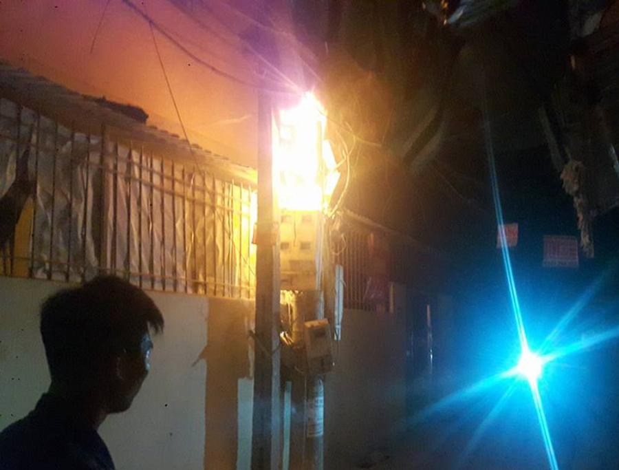 Cột điện bất ngờ bốc cháy dữ dội trong đêm