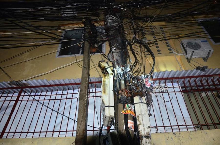 Nhiều dây điện, hộp chứa đồng hồ điện bị ngọn lửa thiêu rụi.