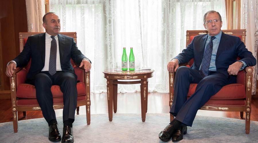 Ngoại trưởng Thổ Nhĩ Kỳ Mevlut Cavusoglu (trái) và Ngoại trưởng Nga Sergei Lavrov gặp gỡ bên lề hội nghị hợp tác kinh tế khu vực tại khu nghỉ dưỡng Sochi, Biển Đen (Ảnh: Reuters)