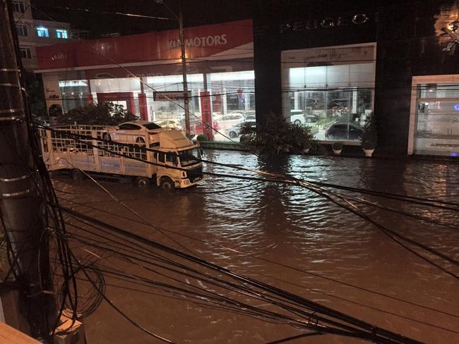 Nhiều ô tô, xe máy chìm trong biển nước sau mưa lớn ở Thái Nguyên - Ảnh 2.