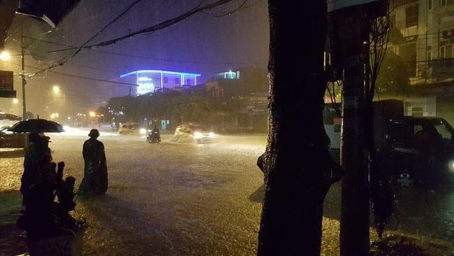 Nhiều ô tô, xe máy chìm trong biển nước sau mưa lớn ở Thái Nguyên - Ảnh 4.