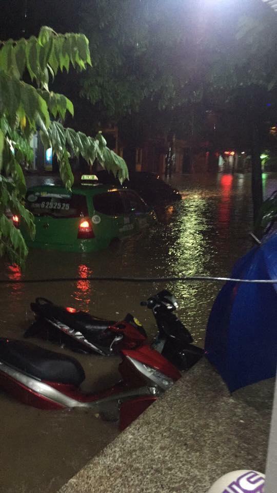 Nhiều ô tô, xe máy chìm trong biển nước sau mưa lớn ở Thái Nguyên - Ảnh 6.