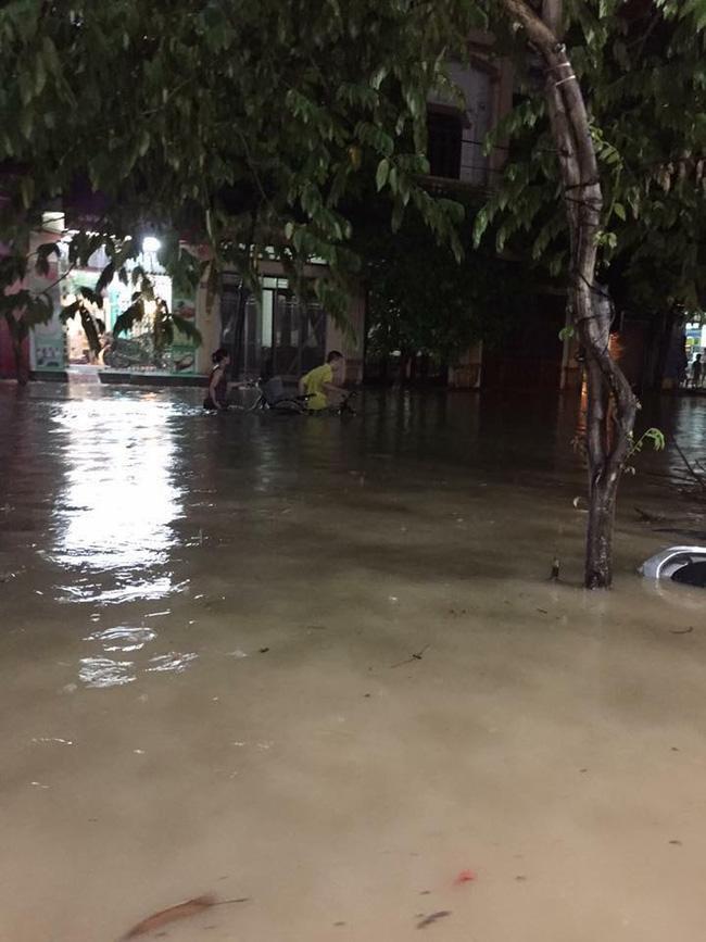 Nhiều ô tô, xe máy chìm trong biển nước sau mưa lớn ở Thái Nguyên - Ảnh 7.