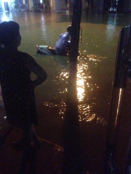 Nhiều ô tô, xe máy chìm trong biển nước sau mưa lớn ở Thái Nguyên - Ảnh 8.