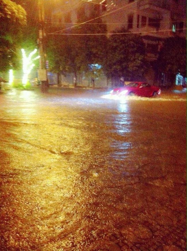 Nhiều ô tô, xe máy chìm trong biển nước sau mưa lớn ở Thái Nguyên - Ảnh 9.