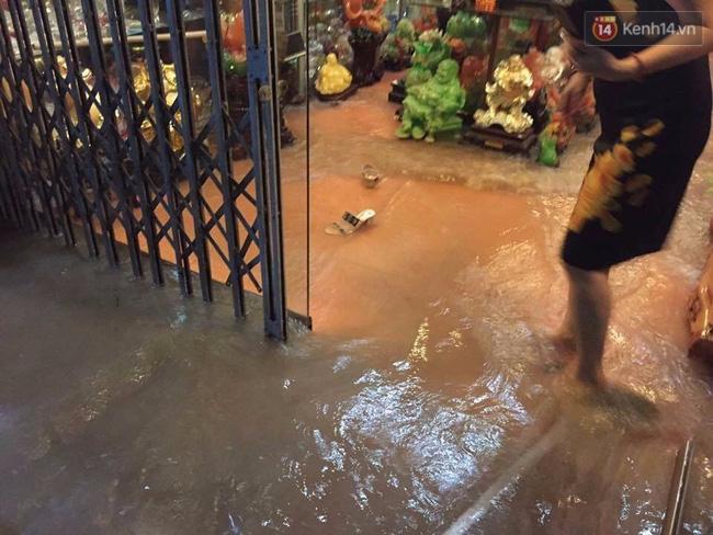 Nhiều ô tô, xe máy chìm trong biển nước sau mưa lớn ở Thái Nguyên - Ảnh 11.