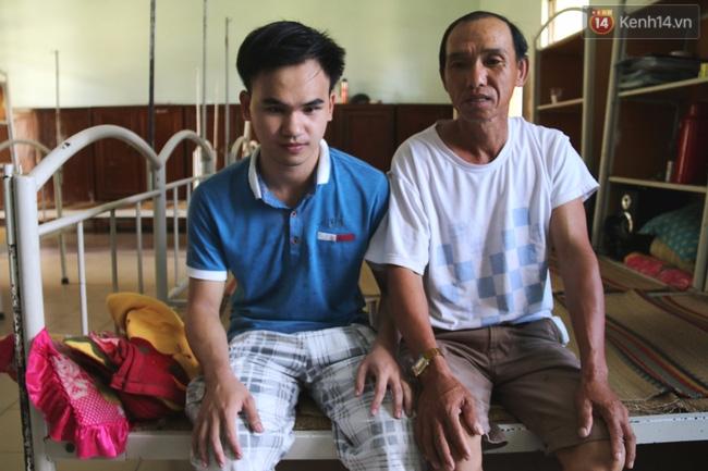 Cha bán lúa, vượt gần 90km đưa con mù đi chinh phục ước mơ trở thành kĩ sư công nghệ - Ảnh 2.