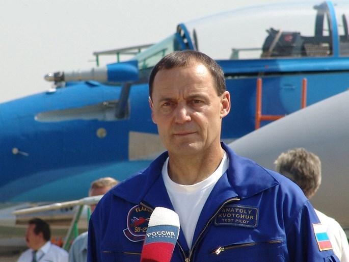 Phi công Nga biểu diễn lái Su-27 bay cách mặt đất 1 m - ảnh 2