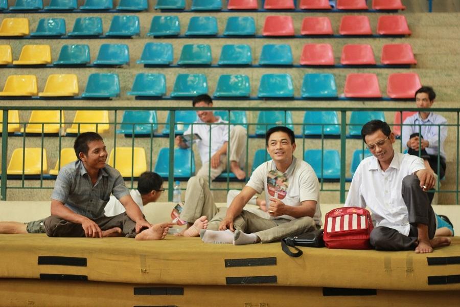 Phụ huynh ngồi chờ con làm bài thi tại nhà thi đấu đa năng ĐH Sư Phạm Hà Nội