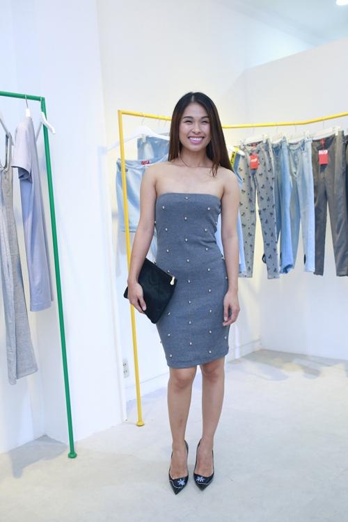 Fashionista Hà Mi gợi cảm cùng váy quây khoe vai trần.