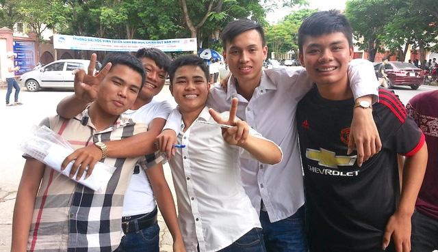 Các thí sinh điểm thi Trường THPT Huỳnh Thúc Kháng vui vẻ sau khi kết thúc môn Sử (Ảnh: Nguyễn Duy)