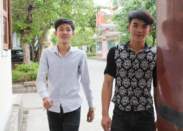 Thí sinh Nguyễn Ngọc Thạch (áo trắng) cho rằng câu hỏi tự luận gây được hứng thú cho học sinh khi đề cập đến trách nhiệm của tuổi trẻ đối với vấn đề đại đoàn kết dân tộc.