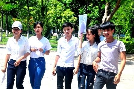 Rất đông thí sinh tại cụm thi 41 ĐH Quảng Nam ra về khi hết 2/3 thời gian làm bài