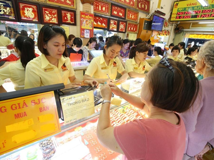 Giá vàng đang tăng mạnh, người cầm vàng sợ bẫy giá nên vẫn nín thở chờ thời.
