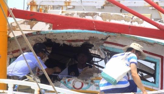 Chiếc tàu cá bị tên lửa đánh trúng. Ảnh: SCMP
