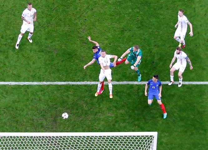 Iceland (áo trắng) đã kết thúc câu chuyện cổ tích của mình khi thua đậm trước tuyển Pháp /// Reuters