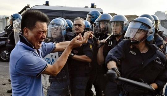 Công nhân Trung Quốc đụng độ cảnh sát Ý hồi tuần trước. Ảnh: SCMP