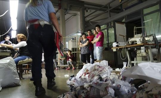 Các chức trách Ý tăng cường kiểm tra nhà xưởng Trung Quốc. Ảnh: REUTERS