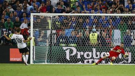 Buffon chặn đứng quả đá 11m của Muller tại tứ kết Euro 2016. Ảnh: Reuters