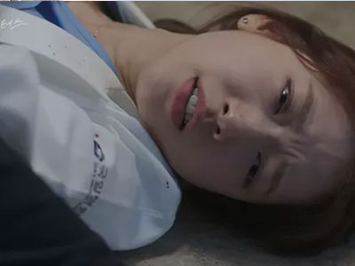 """""""Doctors"""": Park Shin Hye bị kẻ lạ tấn công bất thình lình tại bệnh viện"""