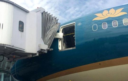 Cửa trước máy bay Boeing 787-9 bị hỏng bản lề sau khi va chạm với ống lồng - Ảnh Infonet