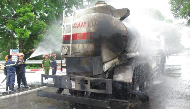 Cây xăng ở Hà Nội bốc cháy khi đang nhận xăng từ xe bồn