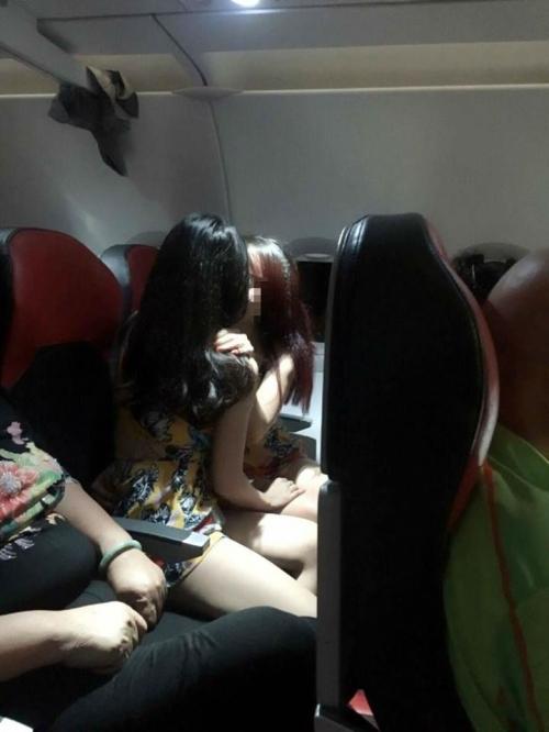 Chủ nhân ảnh hai gái xinh sờ soạng và 'yêu' trên máy bay nói gì? - Ảnh 1