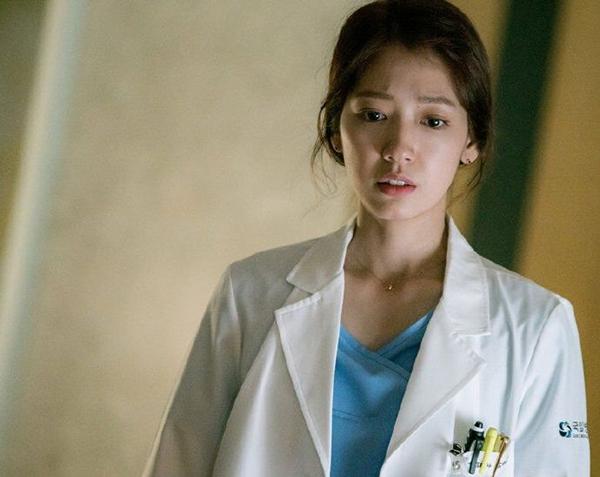 """""""Doctors"""": Park Shin Hye bị kẻ lạ tấn công bất thình lình tại bệnh viện - Ảnh 1."""